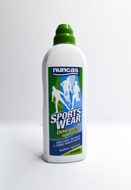 Detersivo per lavare capi sportivi, è l'unico detergente liquido studiato per lavare e rigenerare gli indumenti e gli accessori sportivi in fibre sintetiche e tecniche.